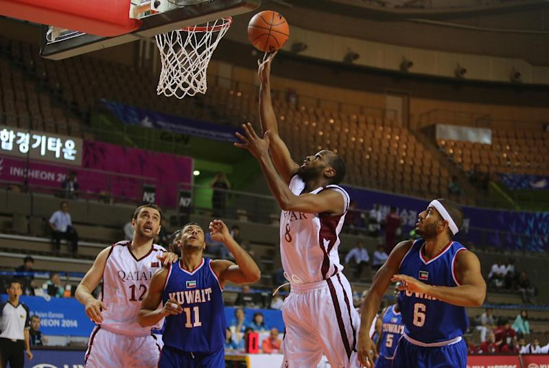 Qatar's Khalid Suliman Abdi (2nd right) goes to the basket as Mohammed Seleem E. Abdulla (left) and Kuwait's Ashkanani Mohammad (2nd left) and Alkhabbaz Hussein (right) look on in an Asian Games men's basketball match in Incheon on September 23, 2014 (AFP Photo/Karim Jaafar)