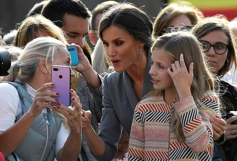 Spain's Queen Letizia and Princess Leonor talk to a woman as they arrive to visit the Cathedral in Oviedo, Spain, October 17, 2019. REUTERS/Eloy Alonso