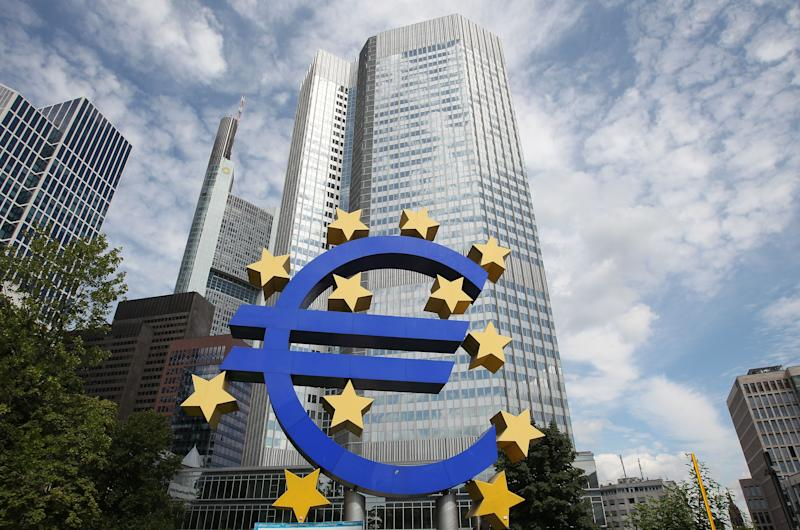 The Euro logo is displayed in front of the European Central Bank, ECB in Frankfurt am Main, western Germany, on August 7, 2014 (AFP Photo/Daniel Roland)