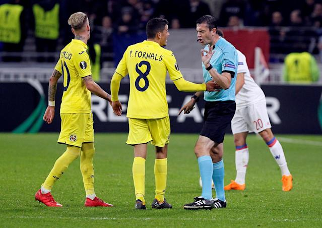 Soccer Football - Europa League Round of 32 First Leg - Olympique Lyonnais vs Villarreal - Groupama Stadium, Lyon, France - February 15, 2018 Villarreal's Pablo Fornals talks to referee Viktor Kassai REUTERS/Emmanuel Foudrot
