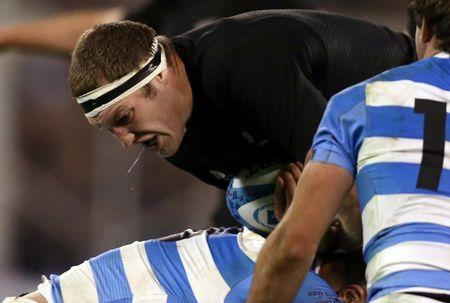Argentina Rugby Union - Rugby Championship - Argentina v New Zealand All Blacks - Jose Amalfitani stadium, Buenos Aires, Argentina - 01/10/2016. New Zealand's All Blacks Brodie Retallick is challenged by Argentina's Facundo Isa (bottom) and Santiago Cordero. REUTERS/Marcos Brindicci