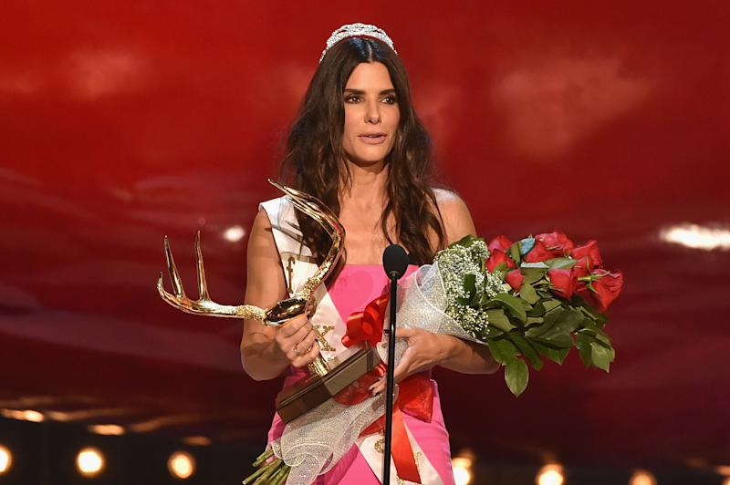 """Actress Sandra Bullock accepts the Decade of Hotness award onstage during Spike TV's """"Guys Choice 2014"""" at Sony Pictures Studios on June 7, 2014 in Culver City, California (AFP Photo/Kevin Winter)"""