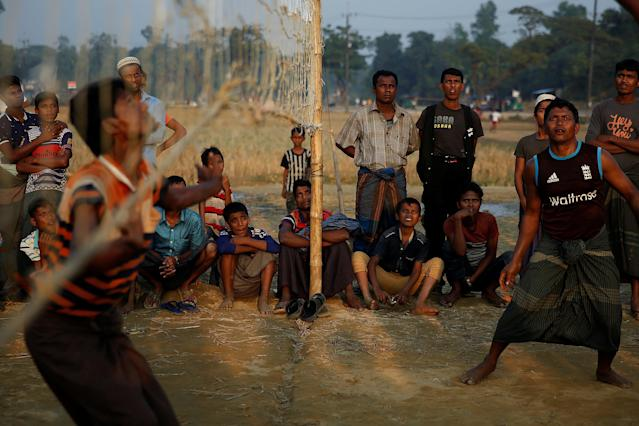Rohingya refugees watch a volleyball game at the Balukhali refugee camp near Cox's Bazar, Bangladesh December 21, 2017. REUTERS/Alkis Konstantinidis