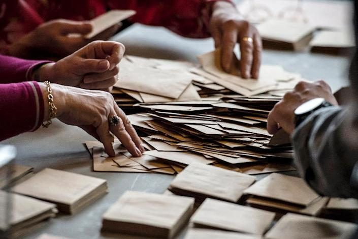 Volunteers count ballots at the closing of votes during the second round of the French local elections Valence, eastern France, on March 29, 2015 (AFP Photo/Jean-Philippe Ksiazek)