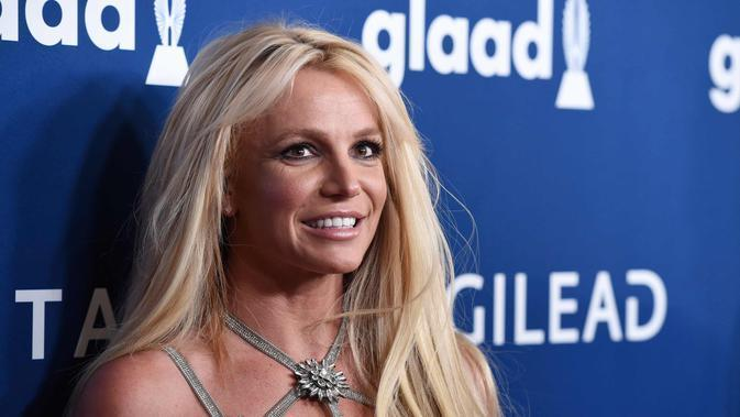 Britney Spears tersenyum saat berpose menghadiri Penghargaan GLAAD Media Awards 2018 ke-29 di Beverly Hilton Hotel di Beverly Hills, California (12/4). (AP Photo/Chris Pizzelo)