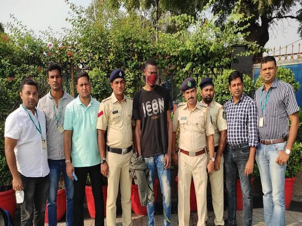 Delhi Police with the arrested Nigerian national. (Photo/ANI)