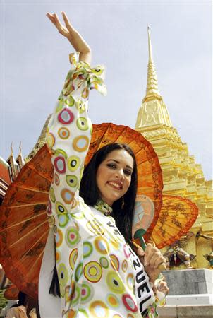 Miss Universe 2005 contestant Monica Spear of Venezuela waves while touring Wat Phra Kaeo, Bangkok's Temple of the Emerald Buddha, in this file picture taken May 11, 2005. REUTERS/Adrees Latif/Files
