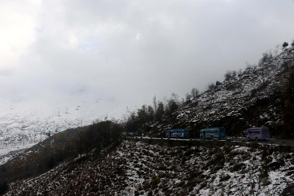 Traffic resumes after being halted by snowfall in Jawahir Tunnel