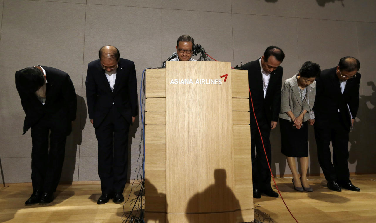 Asiana Airlines President and Chief Executive Officer Yoon Young-doo, center, and board members bow during a press conference on the crash landing of Asiana Airlines flight 214, at Asiana Airlines head office in Seoul, South Korea, Sunday, July 7, 2013. Asiana's Boeing 777 which took off from Seoul crashed while landing at San Francisco International Airport. (AP Photo/Lee Jin-man)