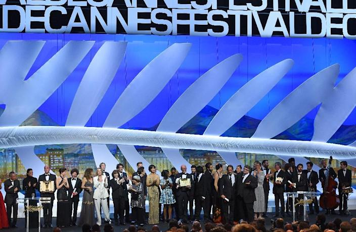"French director Jacques Audiard (C) poses on stage with Feature Film jury members after being awarded with the Palme d'Or for his film ""Dheepan"" during the closing ceremony of the 68th Cannes Film Festival in Cannes, France, on May 24, 2015 (AFP Photo/Anne-Christine Poujoulat)"