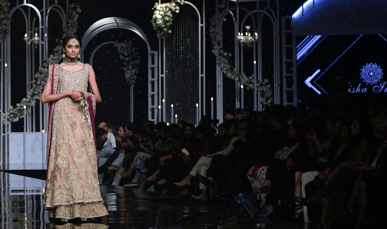 LHR06. Lahore (Pakistan), 07/12/2018.- A model presents a creation by Pakistani designer Ayesha Imran during Pantene Hum Bridal Coture Week in Lahore, Pakistan, 07 December 2018 (issued 08 December 2018). The event runs from 07 to 09 December. (Moda) EFE/EPA/RAHAT DAR