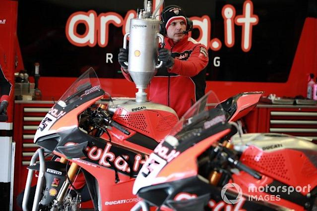 "Rifornimento alla moto Scott Redding, Aruba.it Racing Ducati <span class=""copyright"">Gold and Goose / Motorsport Images</span>"
