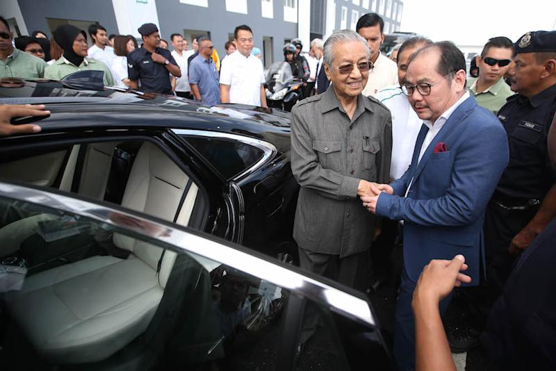 Tun Dr Mahathir Mohamad and Datuk Tong Kooi Ong shake hands during the FundMyHome project in Semenyih November 4, 2018. — Picture by Azinuddin Ghazali