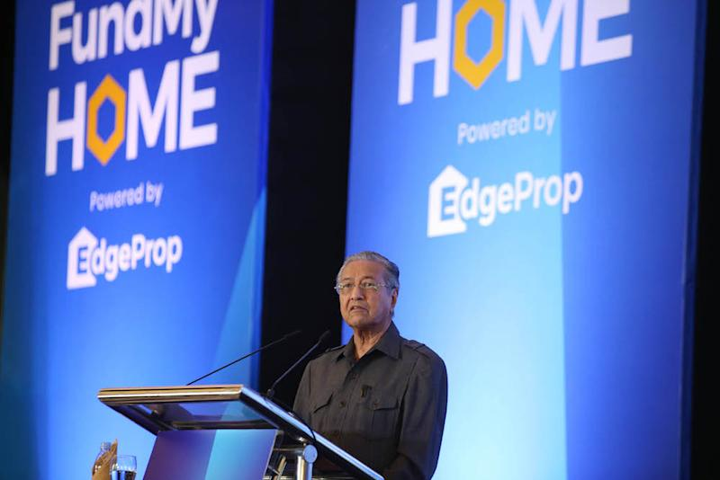 Prime Minister Tun Dr Mahathir Mohamad launches the FundMyHome project in Semenyih November 4, 2018. — Picture by Azinuddin Ghazali