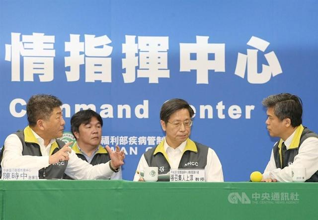 <p>Chief Commander Chen Shih-chung (left) speaks with other health authorities at a press conference on March 15, 2020. (CNA)</p>