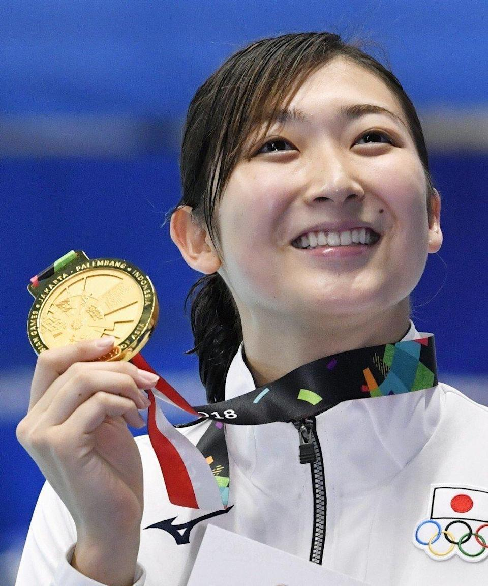 Rikako Ikee shows off one of her gold medals at the 2018 Asian Games in Jakarta. Photo: Kyodo