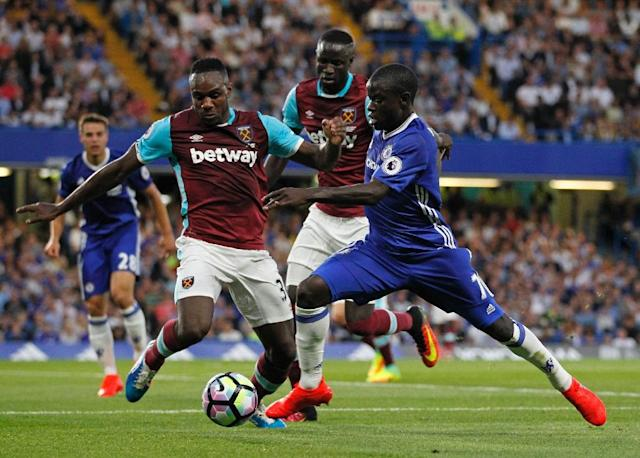 Chelsea's French midfielder N'Golo Kante (R) vies with West Ham United's English midfielder Michail Antonio during the English Premier League football match between Chelsea and West Ham United at Stamford Bridge in London on August 15, 2016 (AFP Photo/Ian Kington)