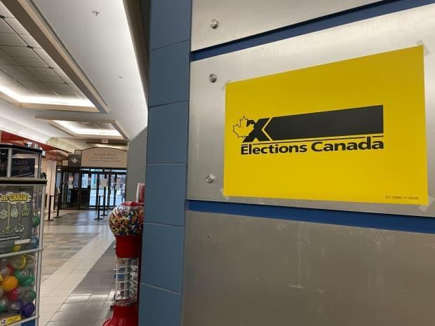 A sign points to an Elections Canada office set up in Yellowknife's Centre Square Mall on Sept. 15. Anyone in self-isolation due to COVID-19 will not be allowed to visit a polling station Monday.  (Sara Minogue/CBC - image credit)