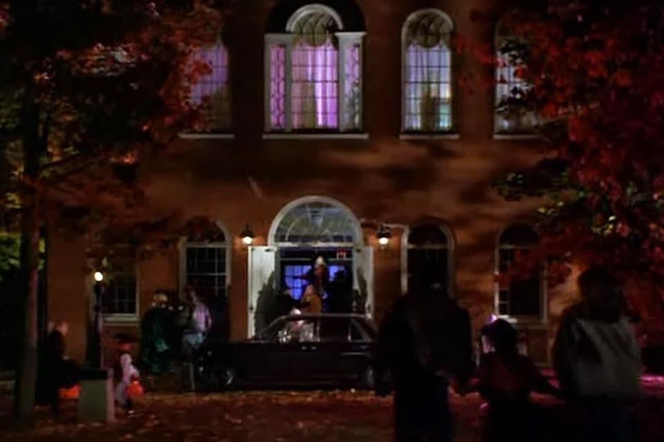 """<p>Recognize the photo above? The <em>Hocus Pocus</em> crew actually shot the scene from Salem's <a href=""""https://www.salem.com/old-town-hall"""" rel=""""nofollow noopener"""" target=""""_blank"""" data-ylk=""""slk:Old Town Hall"""" class=""""link rapid-noclick-resp"""">Old Town Hall</a>, which stands proudly as one of the oldest surviving municipal buildings in the city circa 1816-1817. Today, the Federal-style structure still functions as a public hall, as well as a space for hosting farmers' markets and other local happenings. It also doubles as the <a href=""""http://www.thesalemmuseum.org/"""" rel=""""nofollow noopener"""" target=""""_blank"""" data-ylk=""""slk:Salem Museum"""" class=""""link rapid-noclick-resp"""">Salem Museum</a>, where you can get a firsthand look at the area's rich historical footprint. History <em>and</em> entertainment? Count us in.</p><p><a class=""""link rapid-noclick-resp"""" href=""""https://go.redirectingat.com?id=74968X1596630&url=https%3A%2F%2Fwww.tripadvisor.com%2FAttraction_Review-g60954-d8473198-Reviews-Salem_Old_Town_Hall-Salem_Massachusetts.html&sref=https%3A%2F%2Fwww.countryliving.com%2Flife%2Fg28484825%2Fwhere-was-hocus-pocus-filmed%2F"""" rel=""""nofollow noopener"""" target=""""_blank"""" data-ylk=""""slk:PLAN YOUR VISIT"""">PLAN YOUR VISIT</a></p>"""