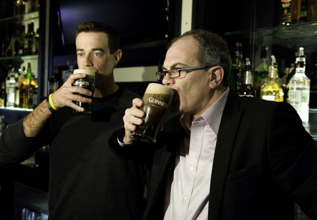 Talk show host Carson Daly had a pint with Guinness Master Brewer Fergal Murray in New York City in 2009. (Getty Images)