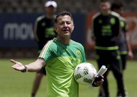 Football Soccer - Mexico's training  - World Cup Qualifiers - Mexico City, Mexico. 28/3/16. Mexico's national soccer team head coach Juan Carlos Osorio (C) gives instructions to his players during a training session in preparation for qualifying match against Canada. REUTERS/Henry Romero - RTSCK2T