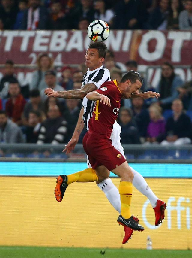 Soccer Football - Serie A - AS Roma vs Juventus - Stadio Olimpico, Rome, Italy - May 13, 2018 Juventus' Mario Mandzukic in action with Roma's Alessandro Florenzi REUTERS/Alessandro Bianchi