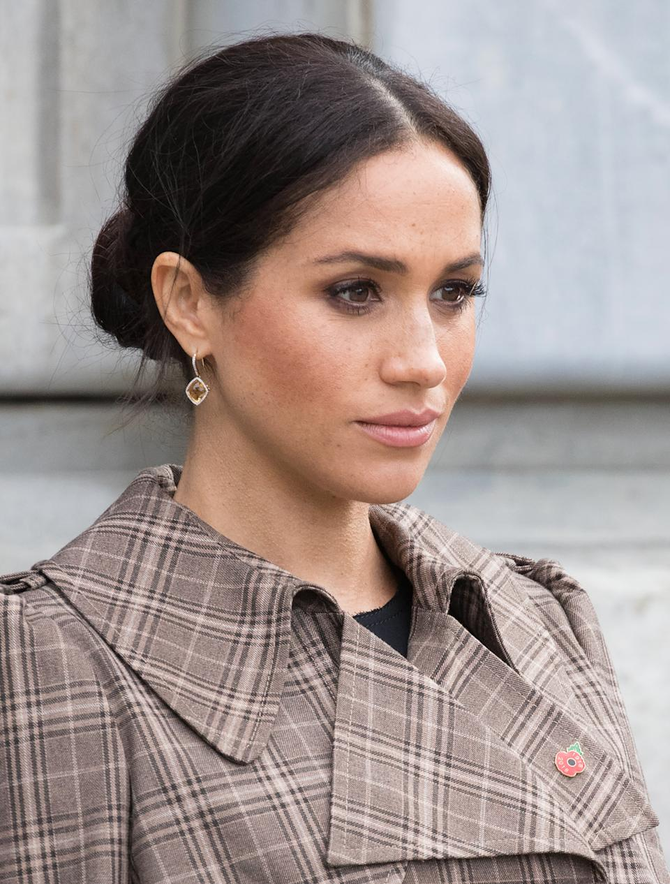 WELLINGTON, NEW ZEALAND - OCTOBER 28:  (NO UK SALES FOR 28 DAYS) Meghan, Duchess of Sussex meetS wellwishers as she visits the National War Memorial on October 28, 2018 in Wellington, New Zealand. The Duke and Duchess of Sussex are on their official 16-day Autumn tour visiting cities in Australia, Fiji, Tonga and New Zealand.  (Photo by Pool/Samir Hussein/WireImage)