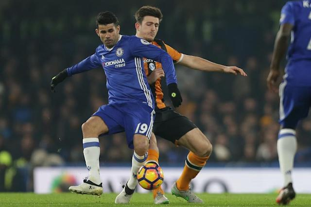 Chelsea's Brazilian-born Spanish striker Diego Costa (L) vies with Hull City's English defender Harry Maguire during the English Premier League football match between Chelsea and Hull City at Stamford Bridge in London on January 22, 2017 (AFP Photo/Daniel LEAL-OLIVAS)