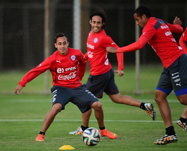 (L to R) Chile's Fabian Orellana, Jorge Valvidia and Jean Beausejour take part in a training session at Toca da Raposa in Belo Horizonte, on June 26, 2014 (AFP Photo/Martin Bernetti)