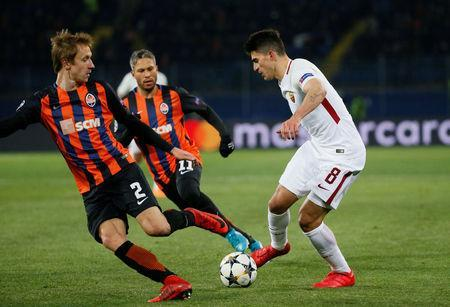 Soccer Football - Champions League Round of 16 First Leg - Shakhtar Donetsk vs AS Roma - Metalist Stadium, Kharkiv, Ukraine - February 21, 2018 Roma's Diego Perotti in action with Shakhtar Donetsk's Bohdan Butko and Marlos REUTERS/Gleb Garanich