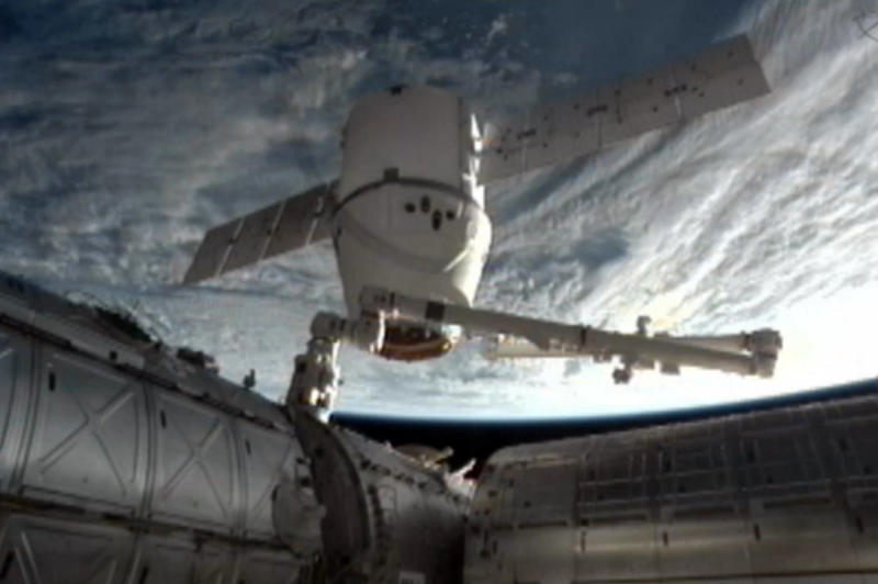 SpaceX Dragon cargo ship splashes into Pacific