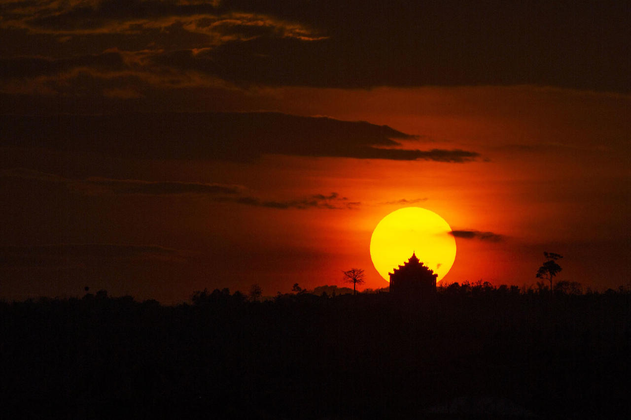 <p>The sun sets over the Maha-ThaKyarYanThi Buddhist Temple in Nyaypyitaw in Myanmar, March 10, 2017. (Photo: Hein Htet/EPA) </p>