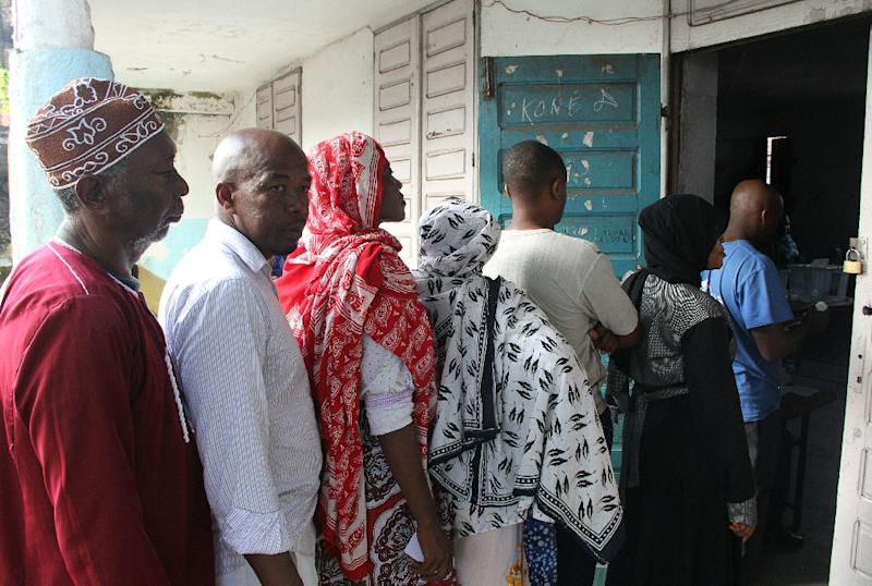 Voters queue in Moroni, in the Grande Comore island, to cast their ballots for the presidential election on February 21, 2016 (AFP Photo/Ibrahim Youssouf)
