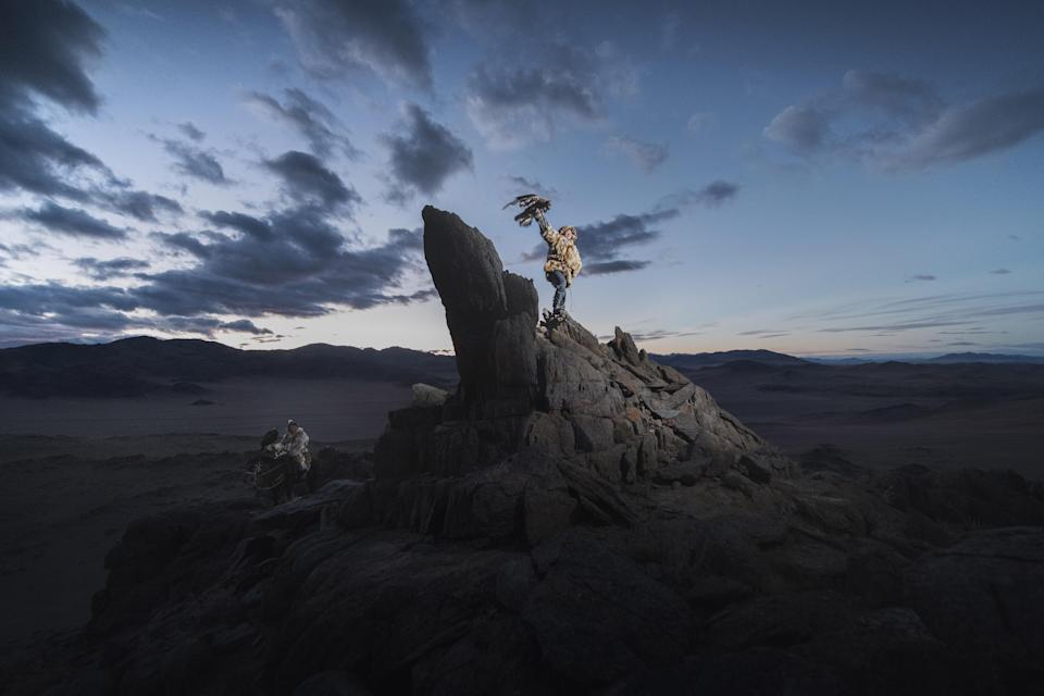 """<p>""""Nomads live a traditional life in harsh conditions, so the eagles help them to get food as well as making warm clothes."""" (Photo: Daniel Kordan/Caters News) </p>"""