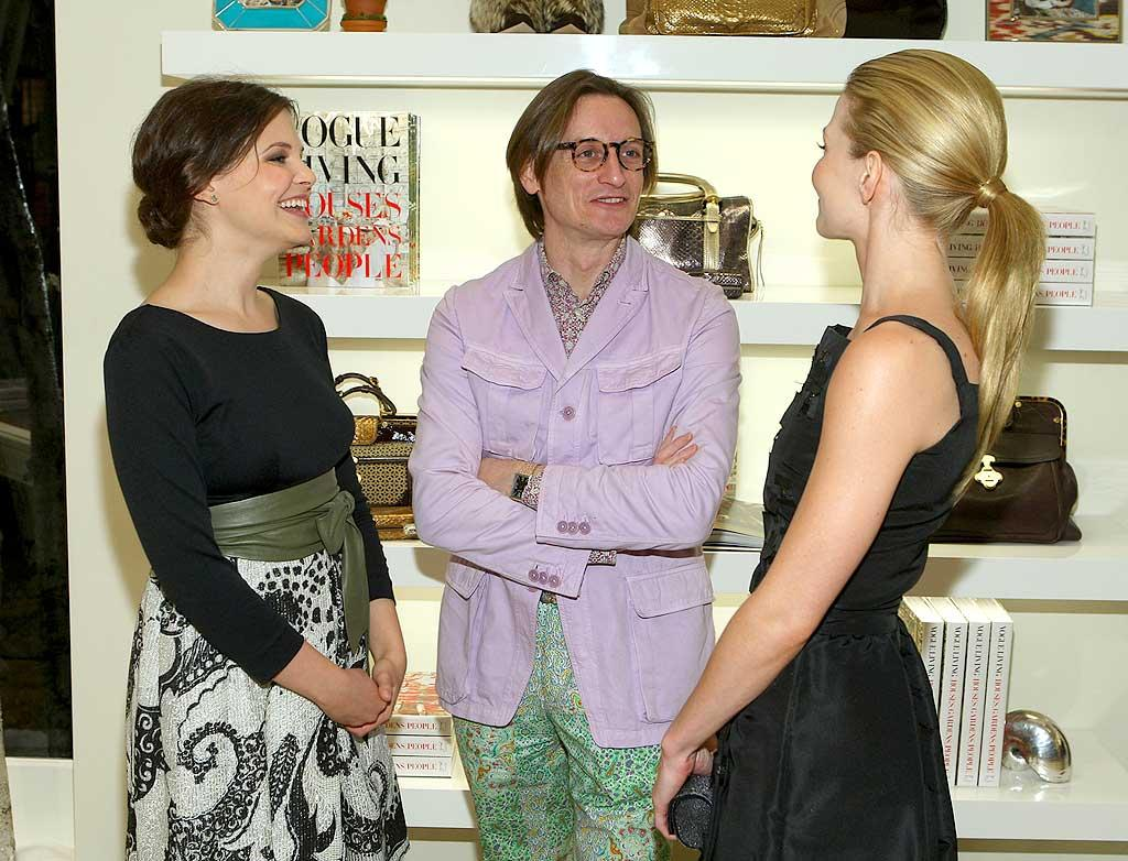 "Ginnifer and Jennifer make a Hamish Bowles sandwich out of the fashion guru best known as the European editor-at-large for the American version of ""Vogue."" John Shearer/<a href=""http://www.wireimage.com"" target=""new"">WireImage.com</a> - December 4, 2007"