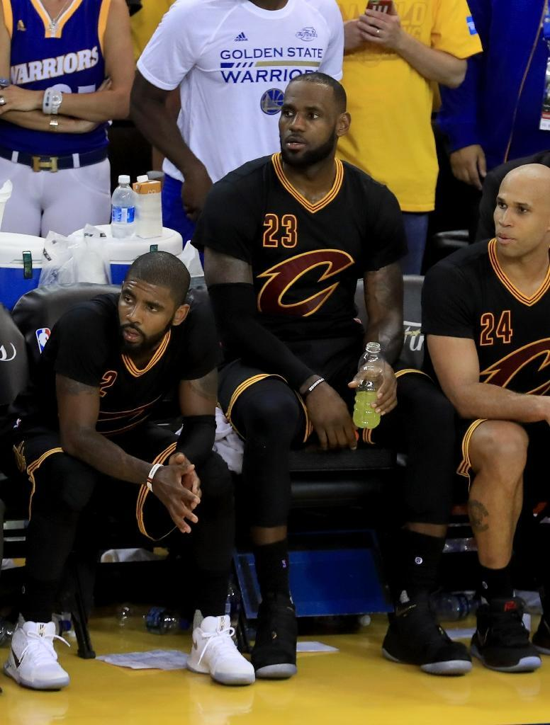 LeBron James (C) of the Cleveland Cavaliers watches the conclusion of the game against the Golden State Warriors from the bench during the second half of game two of the 2017 NBA Finals, at ORACLE Arena in Oakland, Californiaon June 4 (AFP Photo/RONALD MARTINEZ)