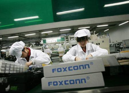 Employees work inside a Foxconn factory in the township of Longhua in the southern Guangdong province in this May 26, 2010 file photo.  REUTERS/Bobby Yip