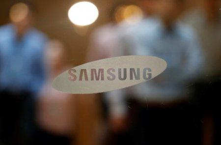 FILE PHOTO: The logo of Samsung Electronics is seen at its store in Seoul, South Korea, October 11, 2017. REUTERS/Kim Hong-Ji