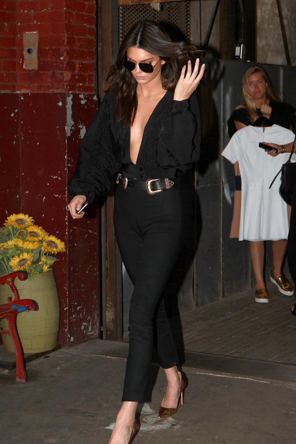 <p>The in new face of Fendi looked very bit a model in her simple high-waist cigarette jeans paired with a black plugging puffer sleeve top.<br><br></p>