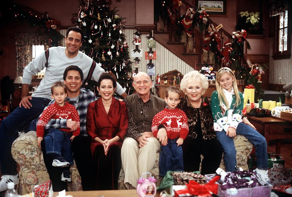 The cast of Everybody Loves Raymond assembles for a Christmas episode (Photo: CBS/Courtesy Everett Collection)