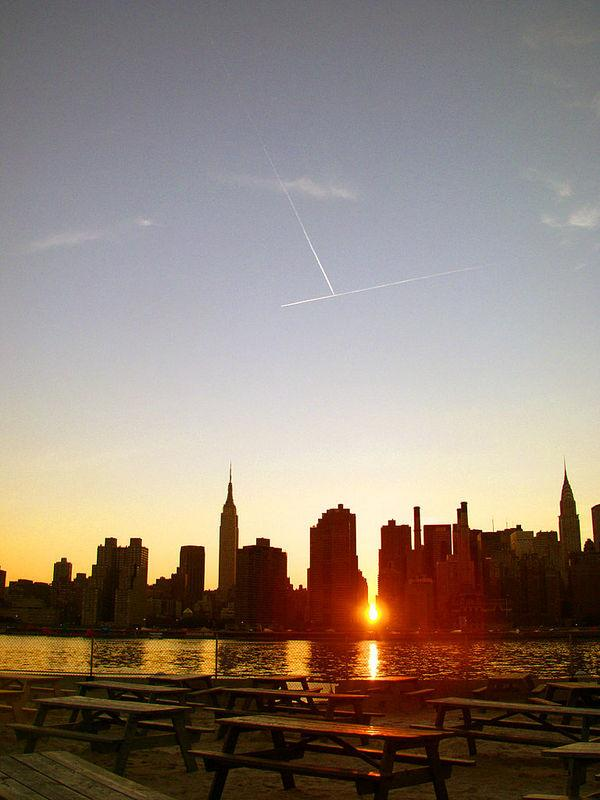 The view of the 2005 Manhattanhenge from Long Island City in Queens.