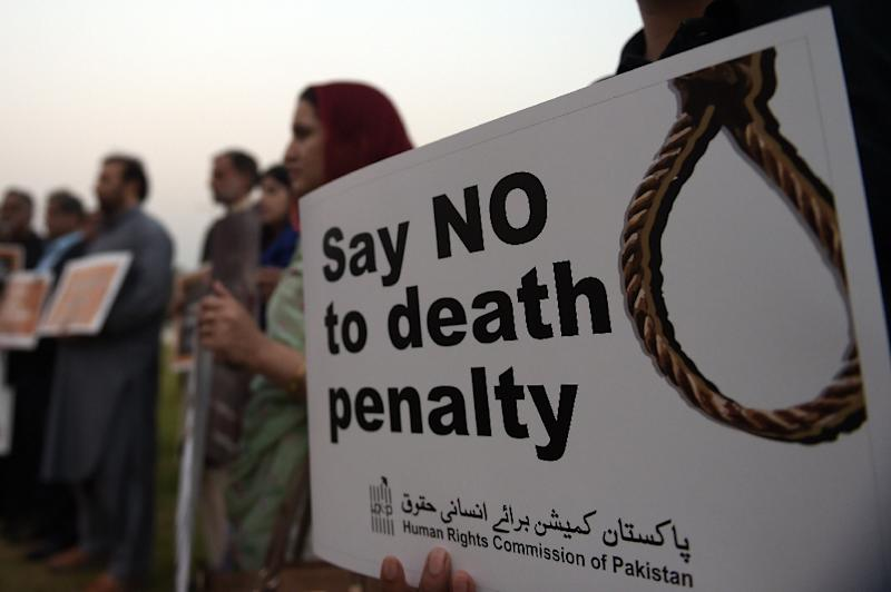 Activists from the Human Rights Commission of Pakistan (HRCP) mark International Day Against the Death Penalty, in Islamabad, on October 10, 2015 (AFP Photo/Aamir Qureshi)