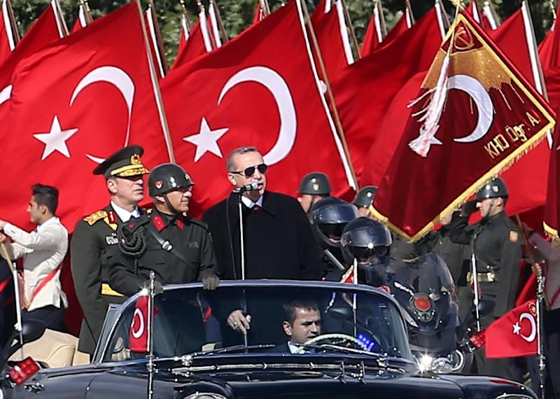 Turkish President Recep Tayyip Erdogan (C) at a ceremony marking the 92nd anniversary of Republic Day on October 29, 2015 at the Ataturk Cultural Center in Ankara (AFP Photo/Adem Altan)