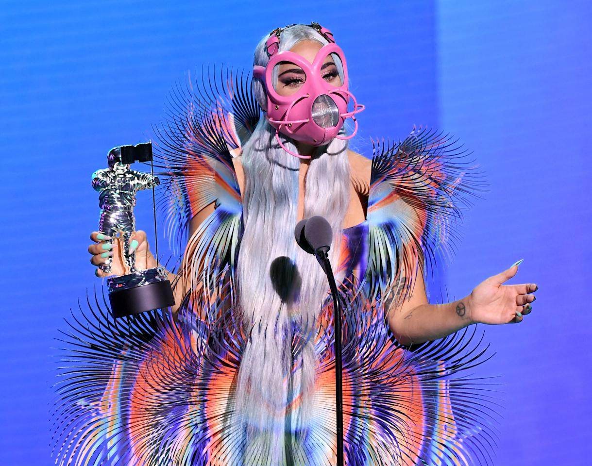 "Pioggia di premi per Lady Gaga e la sua ""Rain on me"". (Photo by Kevin Winter/MTV VMAs 2020/Getty Images for MTV)"