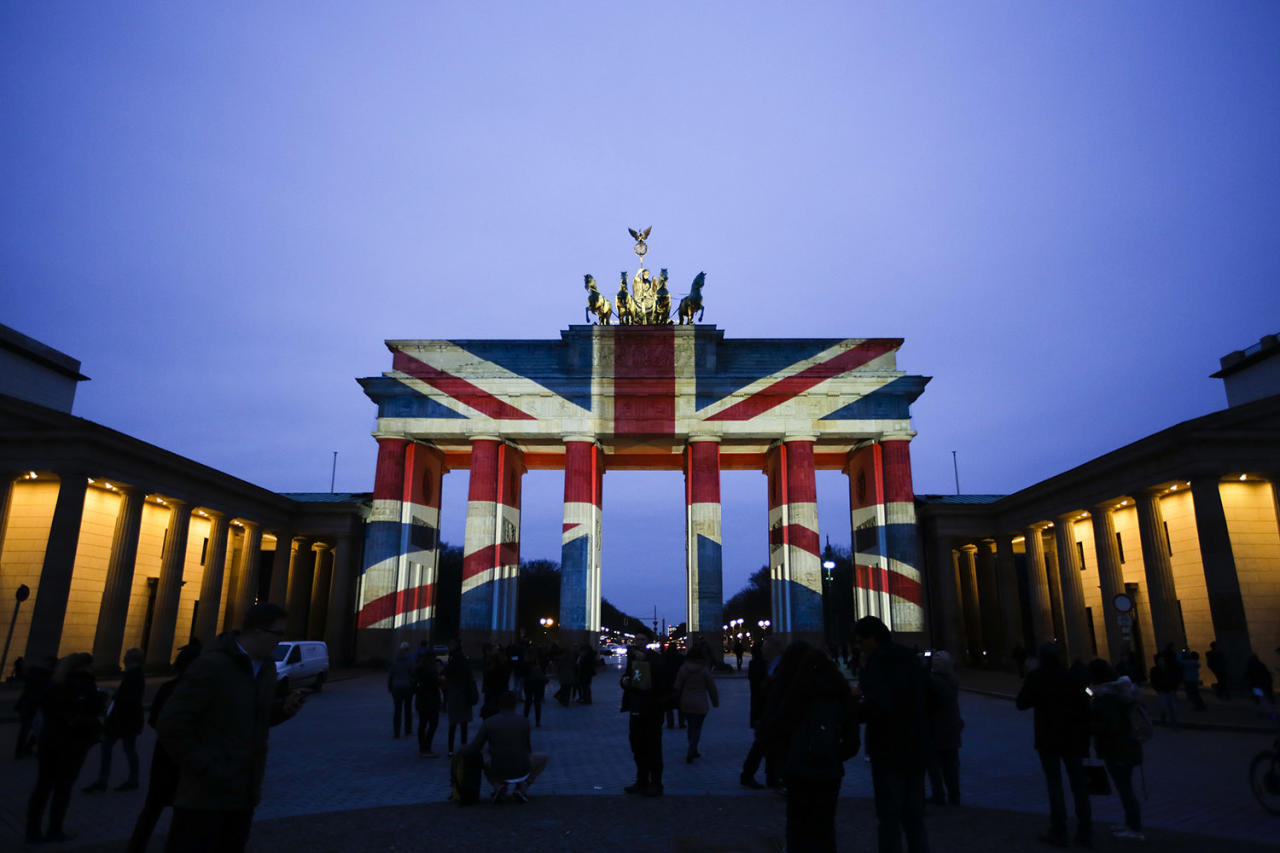 <p>The Brandenburg Gate in Berlin is illuminated on March 23, 2017, with the British national flag to pay tribute to the victims of an attack in London. (Photo: Markus Schreiber/AP) </p>