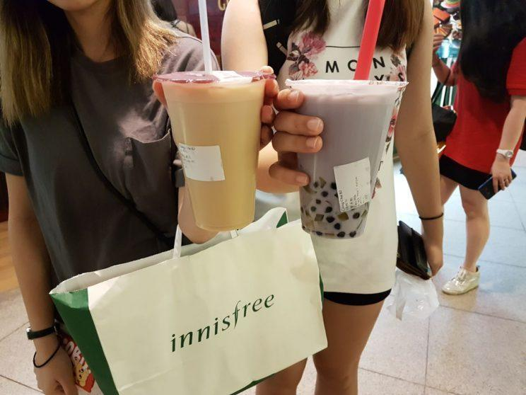 Customers grabbing their final cups of Gong Cha before operations cease on 5 June. (Photo: Audrey Kang/Yahoo Lifestyle Singapore)