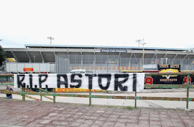 A handmade banner hung outside Benevento's stadium after news of Fiorentina captain Davide Astori's death. (Getty)