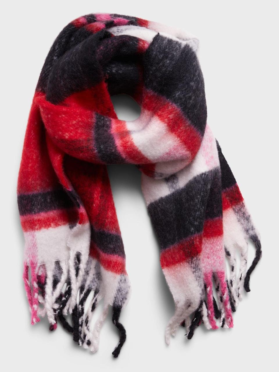 <p>This cozy <span>Banana Republic Oversized Plaid Fuzzy Scarf</span> ($40, originally $58) is the perfect gift to keep her warm all winter.</p>