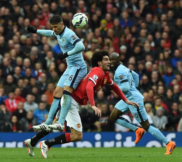 Manchester City's Argentinian defender Martin Demichelis (L) vies with Manchester United's Belgian midfielder Marouane Fellaini during their English Premier League football match in Manchester, England, on April 12, 2015 (AFP Photo/Paul Ellis)