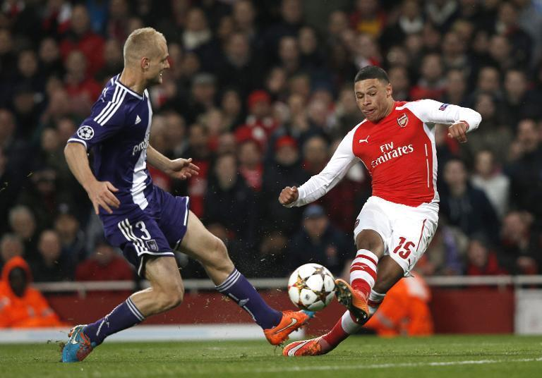 Arsenal's Alex Oxlade-Chamberlain (R) scores his team's third goal during their UEFA Champions League Group D match against Anderlecht, at the Emirates Stadium in north London, on November 4, 2014 (AFP Photo/Adrian Dennis)